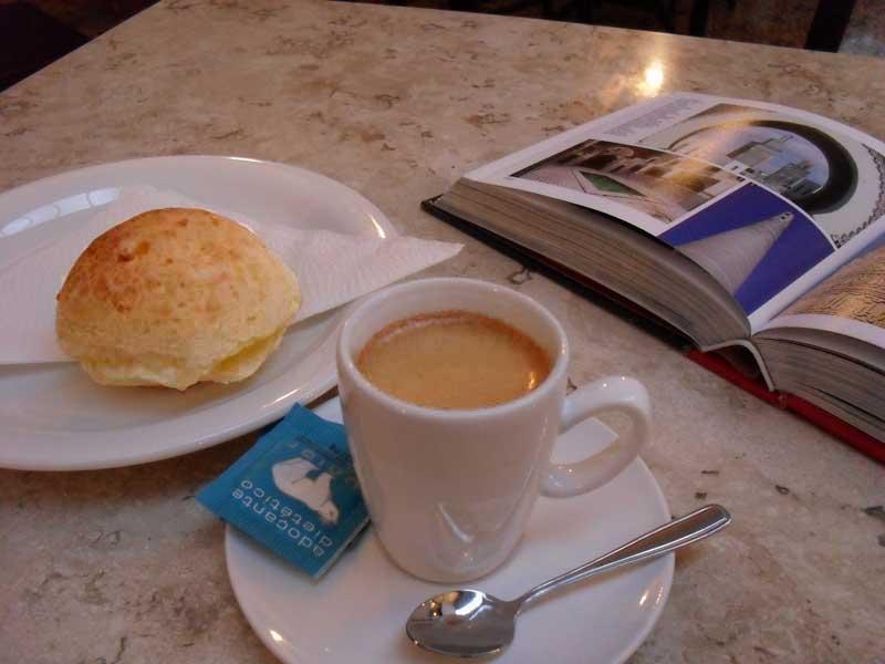 Pão de Queijo com Café 'Espresso'